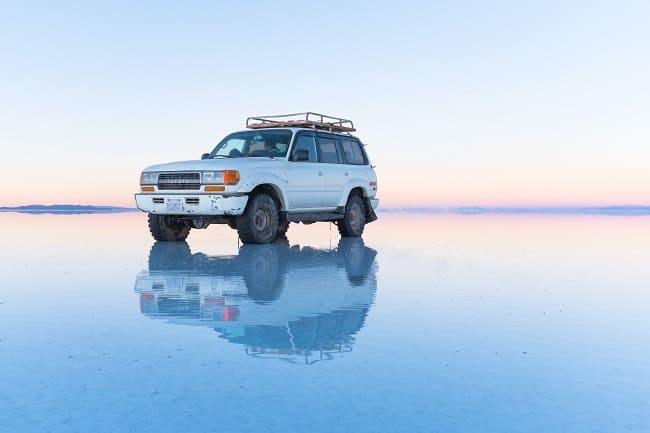 ウユニ塩湖に浮かぶ車