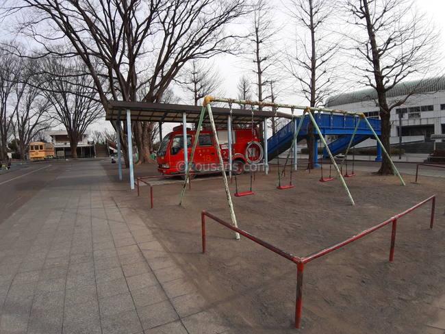 交通遊園(府中)の消防車とブランコ