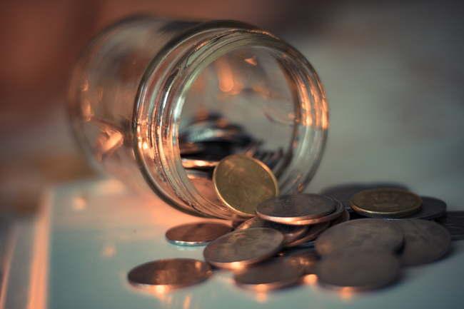 瓶からこぼれ出るコイン